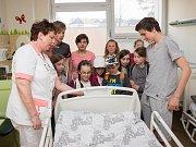 Předávání knížek od dětí z Číměře v Nemocnici Třebíč.