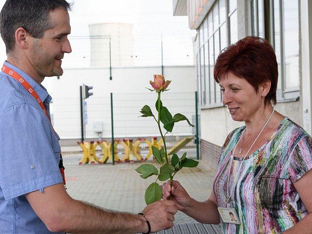 Zaměstnankyně JE Dukovany obdržely při odchodu ze zaměstnání kytičku s poděkováním.
