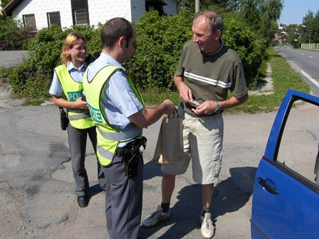 Nealkoholické pivo rozdávali ve středu policisté na ulici Brněnské v Třebíči.