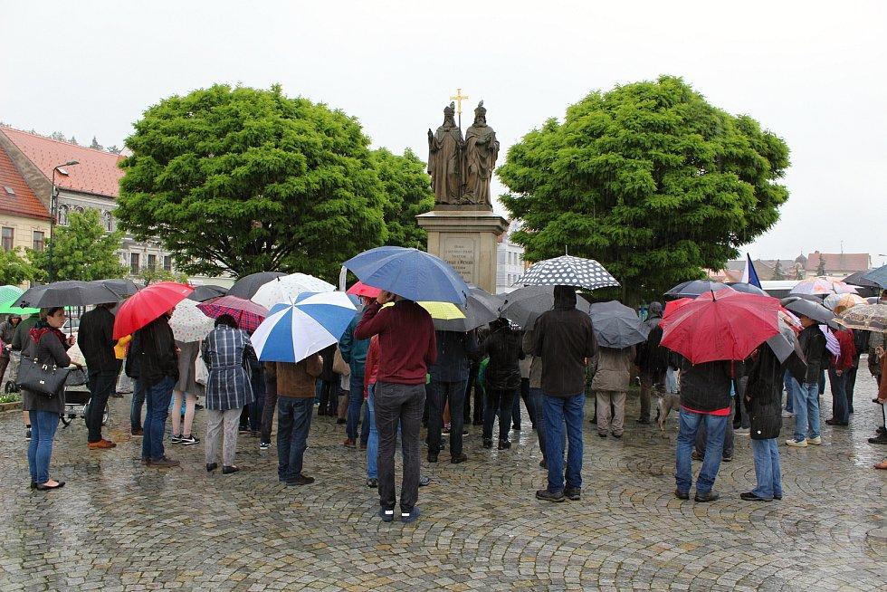 V Třebíči se proti Andreji Babišovi demonstrovalo i v dešti.