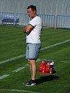 """Fotbalisté HFK Třebíč (v červeném) nestačili ve 22. kole divize D na Tasovice (na snímku). """"Je vidět, kde jsou soupeři a kde my, výkonnostní rozdíl tam prostě je,"""" uznal třebíčský trenér Petr Vašíček."""