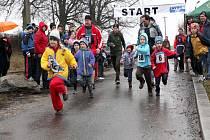 Třetího ročníku závodu Blátivý kameňák, kterého se i za nepříznivého počasí zúčastnilo na šedesát příznivců přespolního běhu