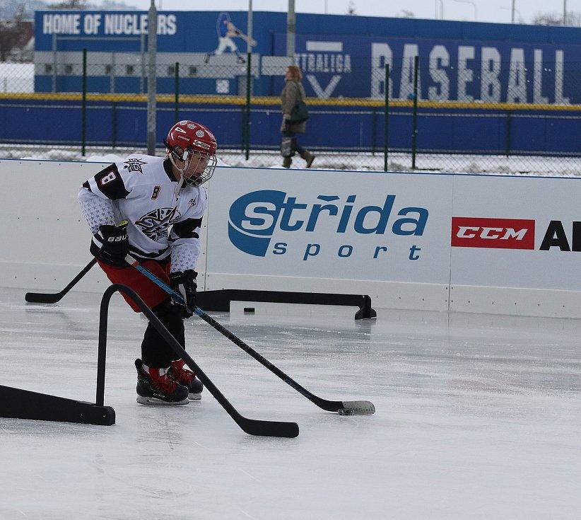 Matyáš Lédl z SKLH Žďár nad Sázavou při tréninku na umělé ledové ploše v třebíčském sportovním areálu Na Hvězdě.