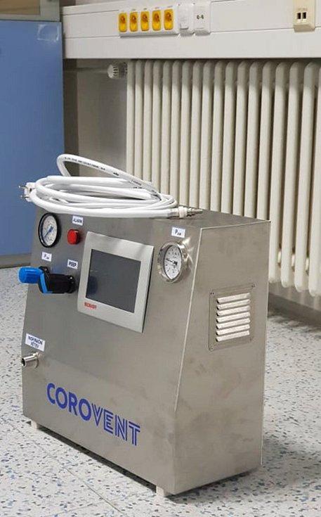 Nový plicní ventilátor, který vznikl díky vědcům, nadšencům, veřejné sbírce a společnosti MICo. Výroba se soustředí v Třebíči.