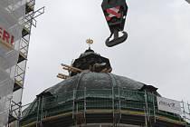 Snímání horní stříšky, takzvané lucerny, která je součástí střechy chrámu sv. Markéty v Jaroměřicích nad Rokytnou.
