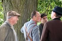 Josefa Krejcara (vlevo) lze vidět v Četnících z Luhačovic. Třeba vedle herce Karla Dobrého (uprostřed).