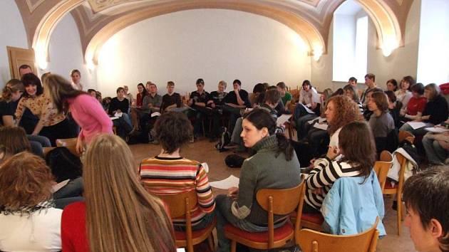 Studenti z bavorského Krumbachu včera s kamarády z katolického gymnázia diskutovali mimo jiné o rozdílech české a německé kuchyně.