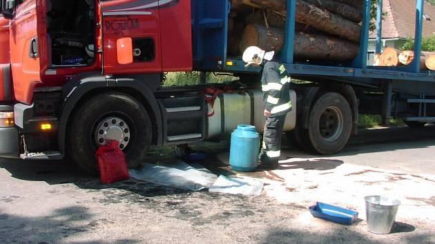 Dvě stě litrů nafty uniklo z proražené nádrže kamionu na silnici u Litohoře.