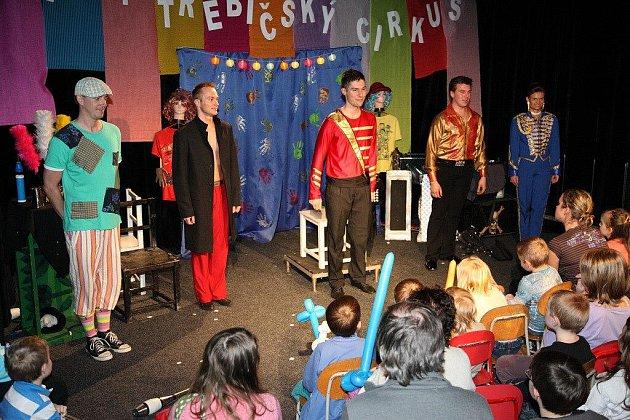 Zábavná šou nazvaná Velký třebíčský cirkus, přilákala do prostor Divadélka pod schody v ZŠ Benešova Třebíč spousty dětí i dospělých diváků.