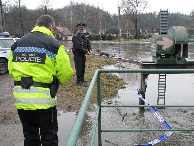 Kvůli stoupajícímu stavu vody uzavřela městská policie dopoledne lávku pro pěší v Poušově.
