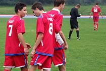 Hrdina zápasu Richar Novotný (vpravo) právě gólem z penalty dokonal hattrick a přijímá gratulace od spoluhráčů na čele s kapitánem Šmídem.