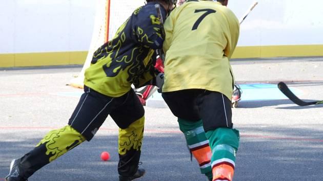 Přibyslavice (ve žlutém) v letošním derby nedaly Třebíči šanci a vyprovodily jí devíti góly.