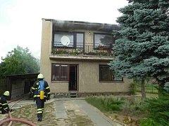 Požár rodinného domu v ulici Hlavní v Rapoticích zburcoval v neděli kolem čtvrt na šest odpoledne pět jednotek hasičů.