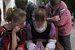 Soutěžící pomáhali složit oslavnou píseň o Janu Lucemburském.