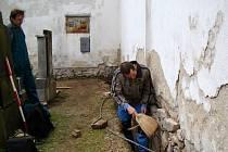 Po výkopových pracích odhalili archeologové Milan Vokáč (vlevo) a Petr Bělaška ojedinělé kameny, které byly použity při stavbě kostela v Horním Újezdě.