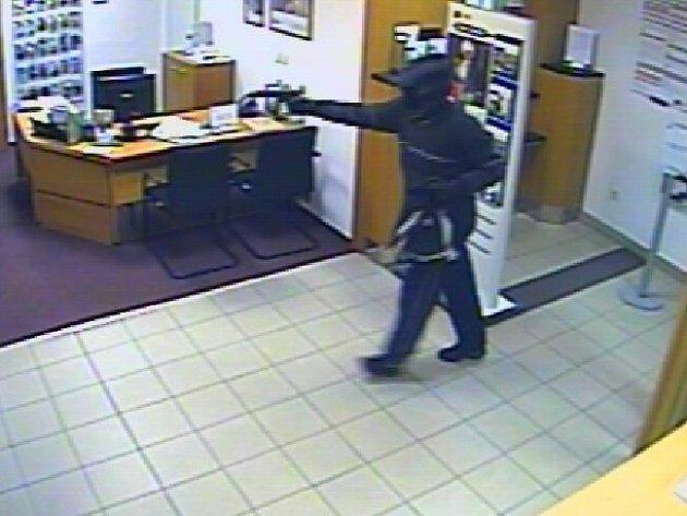 Po muži, který se ve středu večer pokusil vykrást banku v Náměšti nad Oslavou, pátrají policisté.