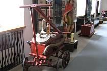 KUS HISTORIE. Na ploše 3 500 m2 jsou v zámku vystaveny exponáty připomínající nejen historii hasičů, ale i současně používanou techniku.
