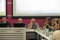 Transakci, kterou opakovaně navrhoval místostarosta Jan Karas (KDU-ČSL), dal hlas už jen další z místostarostů, Stanislav Mastný (ODS). Ostatní nesouhlasili.