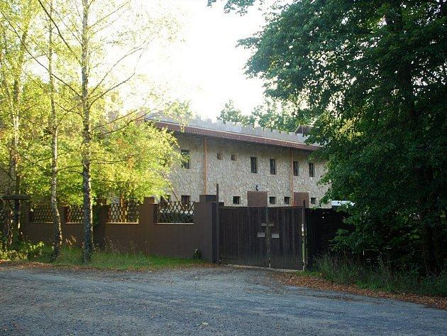Za poslední tři roky se podařilo sektě budovy zvelebit. Stěny obložili kamennými obklady a na střeše se objevil solární panel. Také dokončili výstavbu zděného plotu.