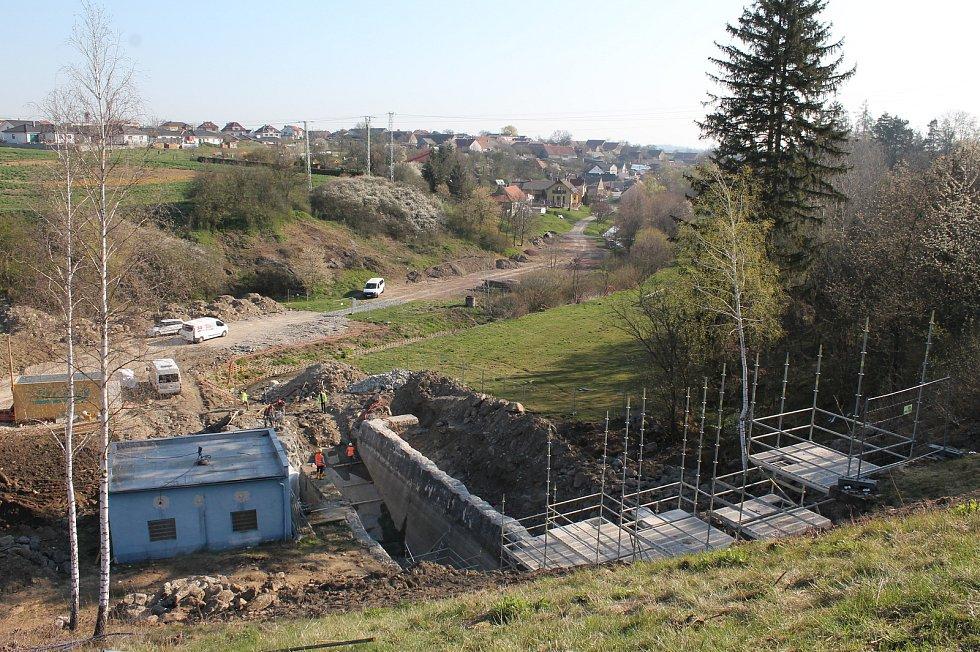 Rekonstrukce vodní nádrže Markovka nedaleko Třebíče skončí příští rok na jaře. Pohled ke Kožichovicím.