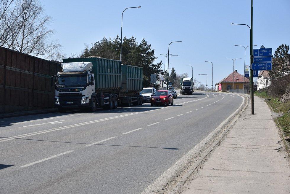 Sucheniova a Pražská ulice jsou součástí průtahu Třebíče a patří mezi nejvytíženější komunikace.