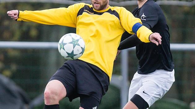 Fotbalistům Jemnicka (ve žlutých dresech) se uplynulý podzim vůbec nevydařil. Na jaře budou bojovat o záchranu v 1. A třídě.
