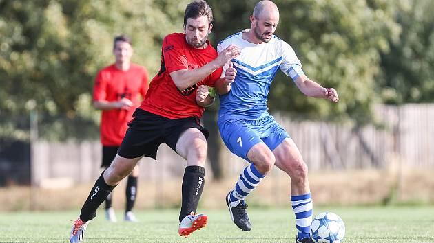 Fotbalisté Želetavy (v modrobílém dresu kapitán Tomáš Simandl) si zastříleli proti žďárské rezervě, Kouty prohrály doma překvapivě s Měřínem.