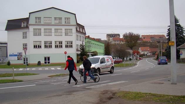 Dva přechody pro chodce ve Vladislavi odstranilo Ředitelství silnic a dálnic. Oba jsou delší, než stanovuje legislativa, chybí jim osvětlení a naváděcí pruhy pro nevidomé. Na záchranu alespoň jednoho přechodu dá obec 140 tisíc korun.