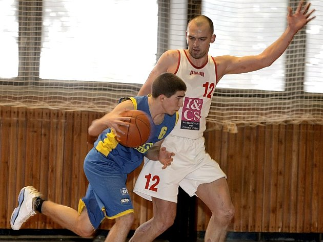Basketbalisté TJ Třebíč (v bílém Jan Milota) vysoko prohráli druhou část a od porážky je nezachránilo ani to, že zbylé tři čtvrtiny vyhráli.