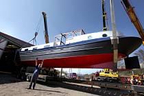 Tři jeřáby nakládaly v úterý zbrusu novou loď k přepravě na výstavu do Prahy.