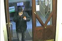 Na snímcích jsou záběry z kamer uvnitř pobočky ČS v Moravských Budějovicích. Lupič je sebejistý.