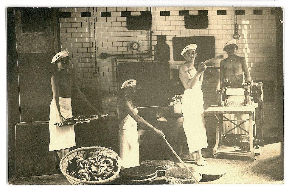V pekárně podle vzpomínek jednoho tovaryše pracovali učni pouze za stravu a ubytování. o pečivo u pecí se starali učni, mistrové na ně pouze dohlíželi. Foto: se souhlasem Tomáše Vyroubala
