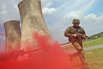 Výtržníky, kteří se chtěli do areálu elektrárny dostat bez povolení, zaměstnance, jehož automobil skrýval výbušninu, ani útočníky, kteří neváhali použít zbraně. Vojenská stráž u Jaderné elektrárny Dukovany, do ní nevpustila nikoho.