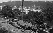 Sokolovna. Snímek je z pokládání základního kamene sokolovny 1925. V současnosti, po téměř 100 letech, ji město plánuje úplně přestavět za zhruba 50 milionů korun.