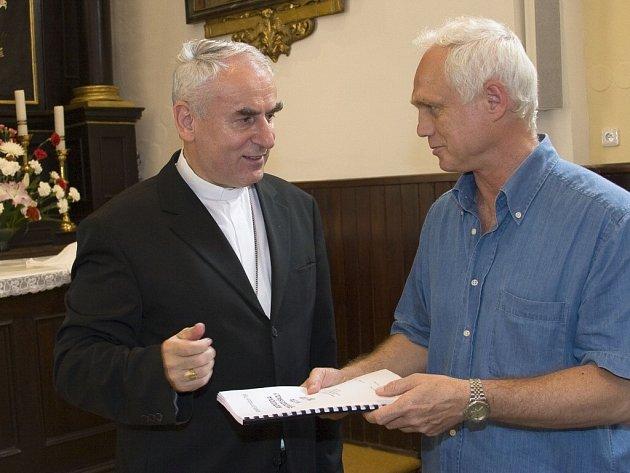 PLÁN PRO BISKUPA. Ředitel Katolického gymnázia v Třebíči Pavel Krška (vpravo) předává Strategický plán školy Mons. Vojtěchu Cikrlemu, brněnskému biskupovi.