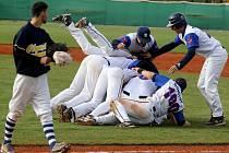 Třebíčští baseballisté se radují z vítězství ve finále 1. baseballové ligy.