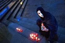 V Třebíči se včera opět vzpomínalo na Jaroslava Foglara. Na schodech před divadlem Pasáž vzplály na jeho počest desítky svíček. Akce s názvem Večer světel se konala již pojedenácté.
