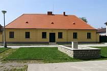 Bývalá čáslavická hájovna prošla od roku 2004 rozsáhlou rekonstrukcí. Do poloviny července se do ní přestěhuje obecní úřad, knihovna a vznikne malé muzeum věnované místnímu rodákovi Bedřichu Václavkovi.