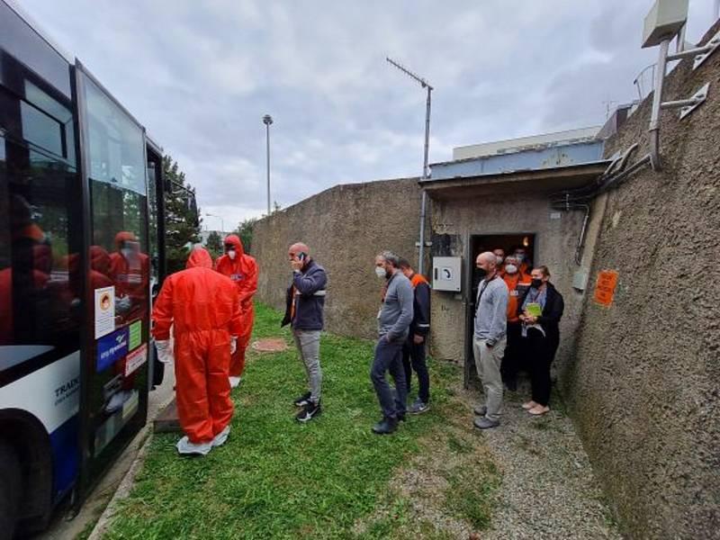 Evakuace zaměstnanců do úkrytu.