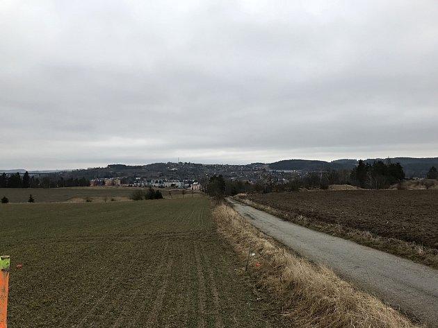 Pohled od místa, kde má kamenný kříž stát.