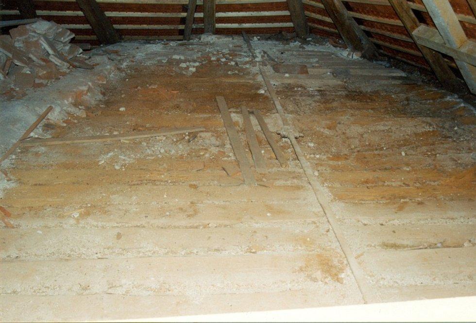 Odhalený povalový strop nad kaplí.