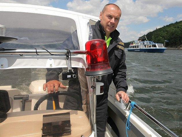 Bezpečnost na Dalešické přehradě kontroluje vodní hlídka Policie ČR.