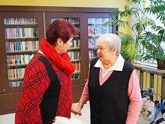 Místostarostka Marie Černá předává jeden z dárků.