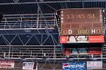 Listí, prach a semena stromů zavál vítr na plochou střechu třebíčského zimního stadionu. Do toho vydatně zapršelo. Dva dešťové svody v jednom rohu střechy se ucpaly. V místech, kde visí reklamní poutače, prosedl vazník až o 30 centimetrů.
