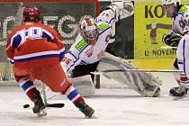 Třebíčský brankář Martin Muška se stal oporou mladších dorostenců Horácké Slavie (ve bílém), kterým v utkání 24. kola dopomohl k vítězství nad Českými Budějovicemi.