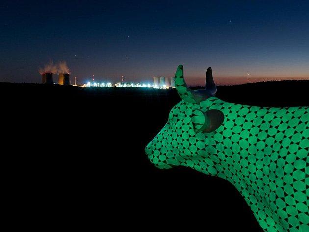Zatím je objekt světelkující krávy od výtvarnice Barbory Masaříkové umístěný na mohelenské hadcové stepi. Autorka doufá, že se časem přesune blíže dukovanské elektrárně,  jak původně zamýšlela. Vynikne tak myšlenka – spojení s energií.