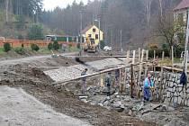 Čilý stavební ruch i v pozdním podzimním období panuje na Mlýnském potoce v městysi Vladislav. Úpravy potrvají do příštího roku. Díky nim už nebudoumít majitelé přilehlých nemovitostí po vydatném dešti vyplavené zahrady.