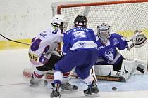 Už zítra poprvé v nové sezoně vyjedou na led mladší dorostenci Horácké Slavie. Třebíčští mladíci (v bílém) v úvodním ligovém kole přivítají na domácím ledě Kolín B.