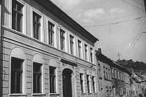 ŽIDOVSKÁ ŠKOLA. Fotografie pochází pravděpodobně z období mezi světovými válkami a zachycuje původní stav fasády, kterého chce město docílit.