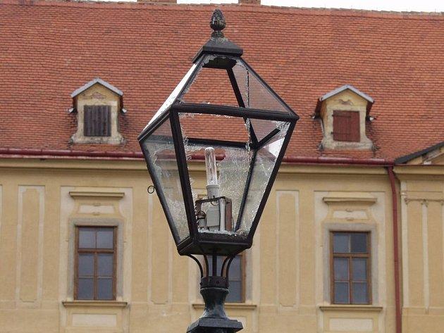 Smutný pohled. Rozbitá lampa v jemnickém zámeckém parku, kterou zničili vandalové.